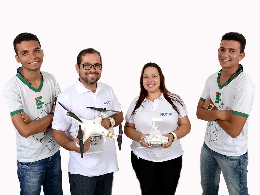 Bolsistas do Campus Estância operam drones em aulas práticas